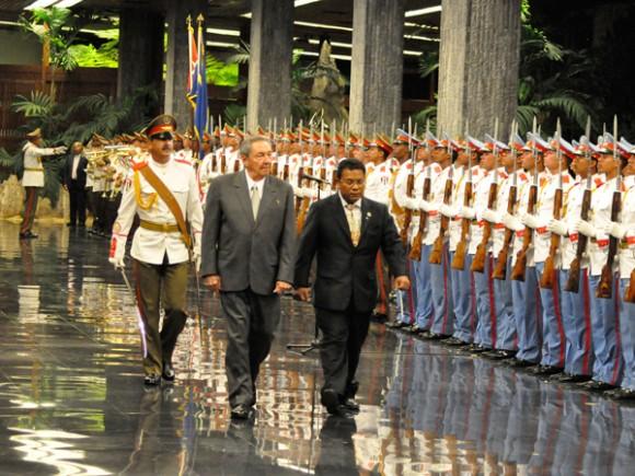 Recibe Raúl al Presidente de Nauru, Marcus Stephen, en el Palacio de la Revolución. Autor: Estudios Revolución