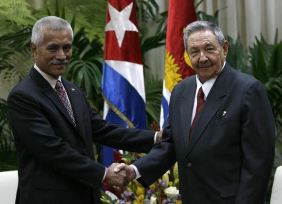 El presidente cubano Raúl Castro(D) recibe a su homólogo de Kiribati Anote Tong en la sede del Consejo de Estado de Cuba,  La Habana, el 13 de diciembre de 2010. AIN  FOTO/Ismael FRANCISCO/PRENSA LATINA/