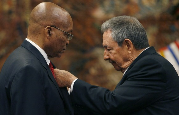 Raúl condecora a Jacob Zuma, presidente de Sudáfrica con la Orden José Martí.