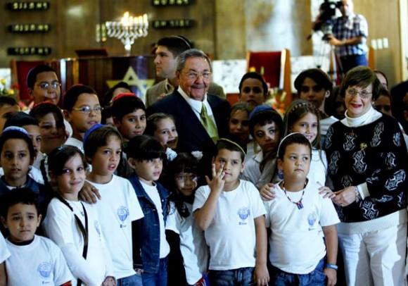 Raúl comparte con los niños presentes en la Fiesta de Jánuca. Foto: Ismael Francisco