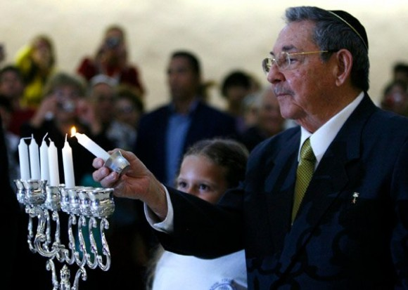 Se reúnen Raúl y el Papa Francisco en histórico encuentro Raul-enciende-la-primera-vela-de-la-celebracion-580x413