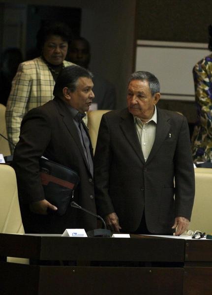 El General de Ejército Raúl Castro Ruz (D), presidente de los Consejos de Estado y de Ministros de Cuba, y Marino Murillo, vicepresidente del Consejo de Ministros, en la sesión plenaria de la Asamblea Nacional del Poder Popular, en el Palacio de Convenciones, en La Habana, el 15 de diciembre de 2010. AIN    FOTO POOL/Ismael Francisco GONZÁLEZ/PL
