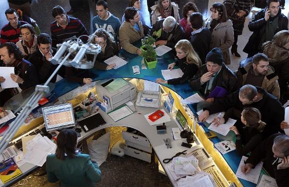 Un grupo de pasajeros reclama en un mostrador del aeropuerto de Valencia
