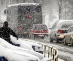 POLONIA.- Una larga caravana de coches circula con precaución por una carretera cubierta de una gruesa capa de nieve, en Tychy, Polonia, uno de los países más afectador por la ola de frío. Foto EFE