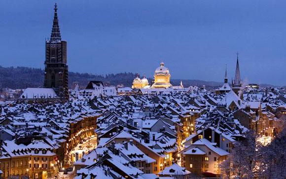 SUIZA.- Tejados cubiertos de nieve adornan la vista de Berna en Suiza. La llegada anticipada del invierno en Europa produce estragos. Foto: EFE