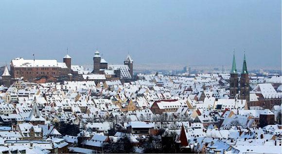 ALEMANIA.- Las nevadas que caen desde hace varios días en Alemania y que cubrieron con un grueso manto blanco prácticamente todo el país continúan afectando al tráfico aéreo y ferroviario. Esta semana, nueve personas murieron por el intenso frío. Foto: EFE/Daniel Karmann