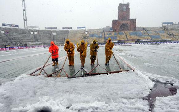 ITALIA.- Trabajadores quitan la nieve de la cancha del estadio Renato Dall'Ara de Bolonia, Italia, antes del inicio del juego de la serie A entre Bolonia y Chievo. El partido fue aplazado debido a las fuertes nevadas. Foto AP/Gianfilippo Oggioni