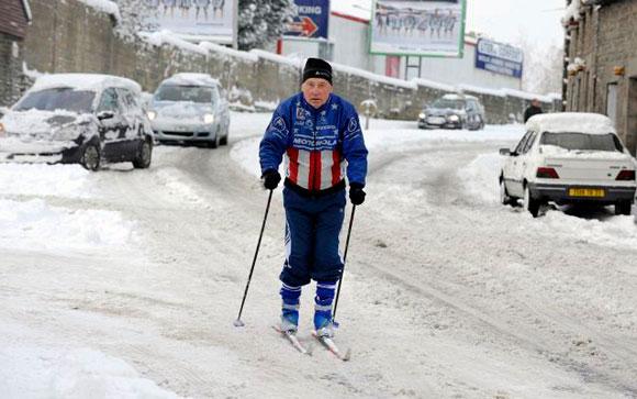 FRANCIA.- Un hombre prefirió esquiar en plena calle de Dinan, en la localidad francesa de Lamballe, después de una intensa nevada. La mayor parte del territorio francés se encuentra bajo los efectos de la nieve. Foto: EFE/David Ademas