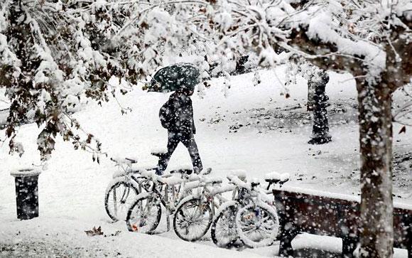 ESPAÑA- La gente camina en la nieve en Pamplona, norte de España. Un viento polar cruza el país y causa las bajas temperaturas y las tormentas de nieve. Foto: AP/Alvaro Barrientos