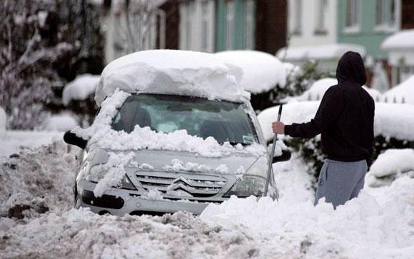 REINO UNIDO.-Un hombre quita nieve a su automóvil tras una fuerte nevada, en Scunthorpe, al norte de Lincolnshire, en el Reino Unido. La nieve alteró el transporte público, las carreteras y varios aeropuertos, entre ellos el londinense de Gatwick y el escocés de Edimburgo. Foto: EFE/Lindsey Parnaby