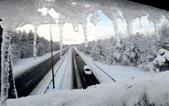 REINO UNIDO.- Una carretera principal en Newcastle, Inglaterra, fue cerrada por las fuertes nevadas y causa el caos en el noreste de Inglaterra. El tiempo no prevé mejorar por varios días. Foto: AP/Owen Humphreys