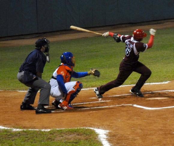 Juego de béisbol entre los equipos de La Habana y Sancti Spíritus, en el estadio José Antonio Huelga, en Sancti Spíritus, el 7 de diciembre de 2010.  AIN FOTO/Oscar ALFONSO SOSA/sdl