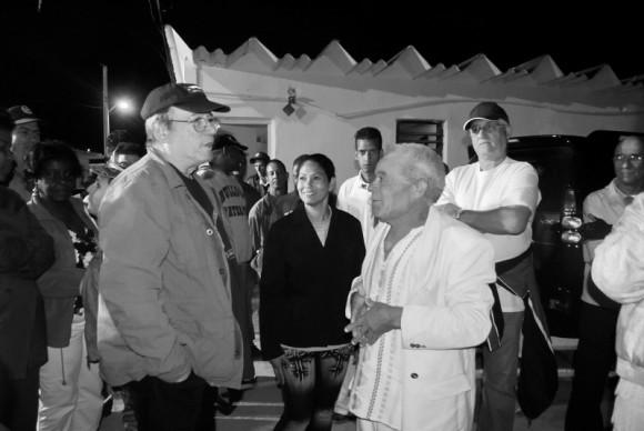 Silvio con los pobladores de la Comunidad 6to Congreso