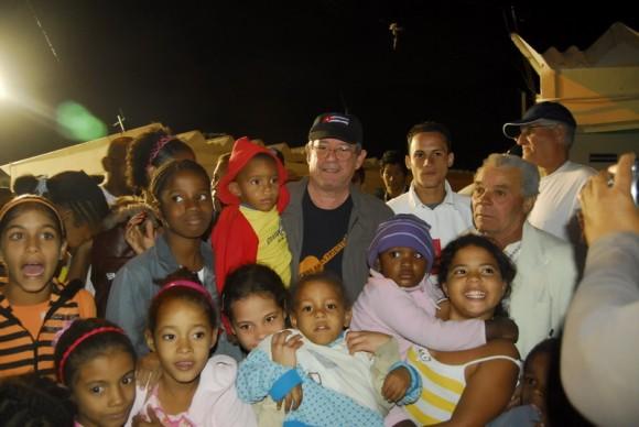 Silvio con los niños de la Comunidad 6to Congreso. Foto Iván Soca