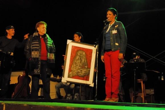 La comunidad homenajeó al insigne trovador. Foto Iván Soca