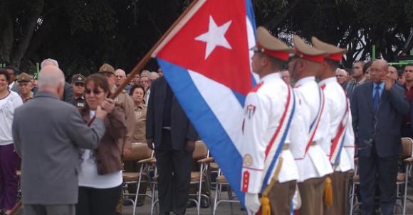 José R. Machado Ventura, primer Vicepresidente cubano, abanderó la Delegación al 17 Festival Mundial de la Juventud y los Estudiantes, presentes durante el Acto Nacional por el Aniversario 114 de la caída en combate del General Antonio Maceo y el Aniversario 21 de la operación Tributo, en el Mausoleo de El Cacahual, en Ciudad de  La Habana, Cuba, el 7 de diciembre de 2010. AIN FOTO/Oriol de la Cruz ATENCIO/are