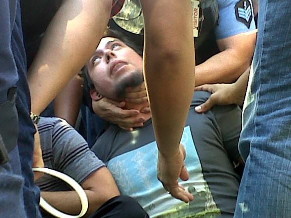 """Uno de los estudiantes al momento del arresto. Se puede observar la técnica utilizada por la Policía conocida como """"puntos de presión"""" y dolor provocado en el manifestante. Foto: Desde Adentro, blog del Colectivo de Prensa Estudiantil"""