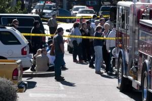 Zona acotada en las inmediaciones del establecimiento de Túcson, Arizona, sábado 8 de enero de 2011 en el que ha sido tiroteada la congresista demócrata Gabrielle Giffords. Seis personas han resultado muertas, mientras la situación de la congresista es confusa. EFE/GARY M WILLIAMS