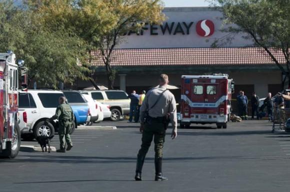 Policías y bomberos permanecen a las afueras de la tienda de comestibles Safeway en North Tucsonwhere hoy, sábado 8 de enero de 2011, donde la legisladora demócrata estadounidense Gabrielle Giffords fue herida en un tiroteo en un evento en Tucson, Arizona (EE.UU.). El presidente de la Cámara de Representantes de EE.UU., el republicano John Boehner, y la líder demócrata Nancy Pelosi condenaron hoy el tiroteo en Arizona en el que resultó herida Giffords. EFE/GARY M WILLIAMS