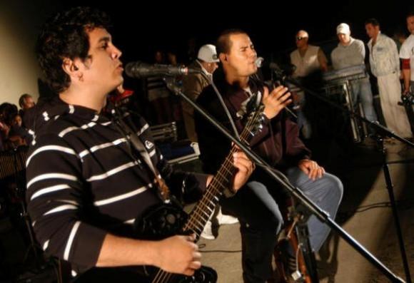 """Yoel Martínez (I), guitarrista y voz segunda, junto a Israel Rojas, voz líder del Duo Buena Fe, en el segundo concierto de su gira nacional """"Con Todos"""", en el anfiteatro de la Plaza Máximo Gómez, en Ciego de Ávila, el 7 de enero de 2011"""