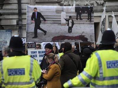 Manifestantes frente al edificio en Londres donde Blair ha declarado ante la Comisión de Iraq. Foto: Carl Court / AFP
