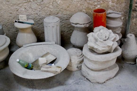 En cualquier esquina se reúnen calizas mexicanas, areniscas, mármoles o piezas de granito.