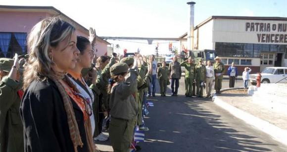 """Rememoran en el Cotorro la entrada de la Caravana de la Libertad a La Habana, 52 años después,  en acto realizado,  el 8 de enero de 2011,   en la empresa de la goma """"Julio Antonio Mella"""",  primer lugar visitado por la caravana.  AIN   FOTO/Oriol de la Cruz ATENCIO"""