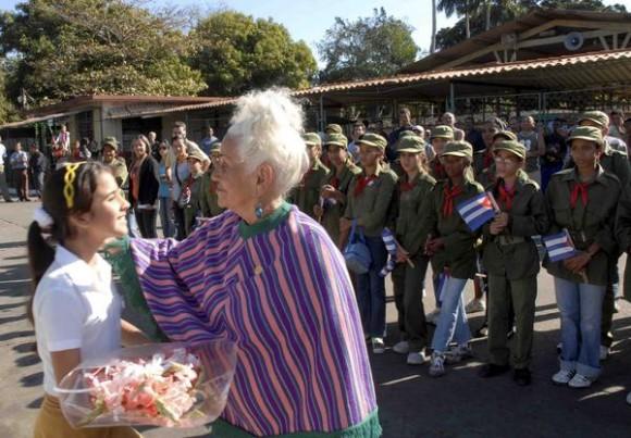 """Rememoran en el Cotorro la entrada de la Caravana de la Libertad a La Habana, en acto realizado,  el 8 de enero de 2011,   en la empresa de la goma """"Julio Antonio Mella"""",  primer lugar visitado por la caravana.  AIN   FOTO/Oriol de la Cruz ATENCIO"""