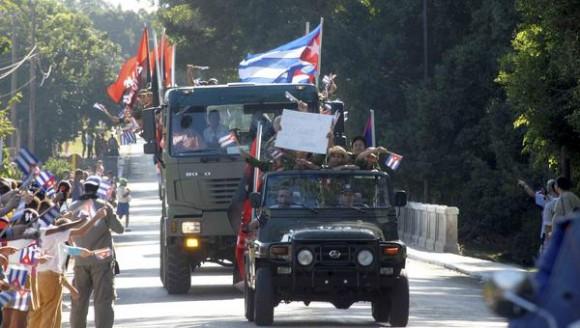 El pueblo del Cotorro saluda el paso de la Caravana de la Libertad a su llegada a La Habana, reeditada por jóvenes y veteranos de la Revolución cubana, el 8  de enero de 2011. AIN FOTO/Oriol de la Cruz ATENCIO