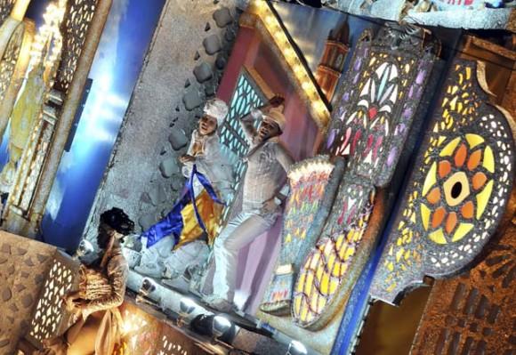 """MAYABEQUE (CUBA) 02/01/11.- Varias personas bailan en la carroza Espina de Oro que participa, hoy domingo 02 de enero, en la fiesta conocida como """"las Charangas de Bejucal"""", una mezcla de carnaval, baile y espectáculo de magia que se considera como una de las tradiciones populares más antiguas de la isla. La gran atracción de la fiesta consiste en presenciar las """"sorpresas"""" que van revelando las carrozas de cada bando, ubicadas en extremos opuestos de la plaza, donde el público asiste a la transformación de un cajón rodante en un edificio de luces y color de casi 20 metros. EFE/Alejandro Ernesto"""