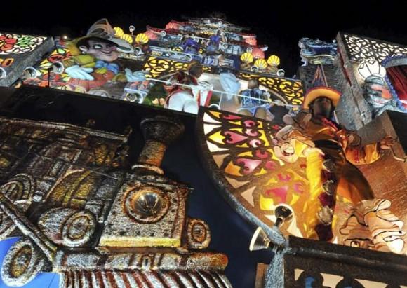 """MAYABEQUE (CUBA) 02/01/11.- Detalle de la carroza perteneciente al bando Ceiba de Plata que participa, hoy domingo 02 de enero, en la fiesta conocida como """"las Charangas de Bejucal"""", una mezcla de carnaval, baile y espectáculo de magia que se considera como una de las tradiciones populares más antiguas de la isla. La gran atracción de la fiesta consiste en presenciar las """"sorpresas"""" que van revelando las carrozas de cada bando, ubicadas en extremos opuestos de la plaza, donde el público asiste a la transformación de un cajón rodante en un edificio de luces y color de casi 20 metros. EFE/Alejandro Ernesto"""