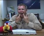 En esta imagen tomada de un video obtenido por el periódico Virginian-Pilot, el capitán de la marina estadounidense Owen Honors aparece en uno de una serie de segmentos cómicos transmitido por la señal cerrada del portaaviones nuclear USS Enterprise. (Foto AP/The Virginian Pilot)
