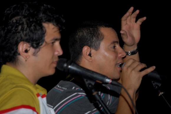 Yoel Martínez e Israel Rojas, integrantes del dúo Buena Fe, durante su actuación en la Plaza de la ciudad de Cienfuegos como parte de la gira nacional dedicada al Héroe Nacional de Cuba, José Martí. FOTO: AIN/Modesto Gutiérrez Cabo