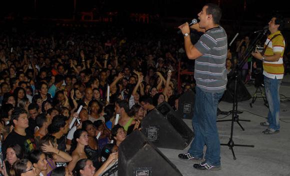 Yoel Martínez e Israel Rojas, integrantes del dúo Buena Fe, durante su actuación en la Plaza de la ciudad de Cienfuegos como parte de la gira nacional dedicada al Héroe Nacional de Cuba José Martí. FOTO: AIN  /Modesto GUTIÉRREZ
