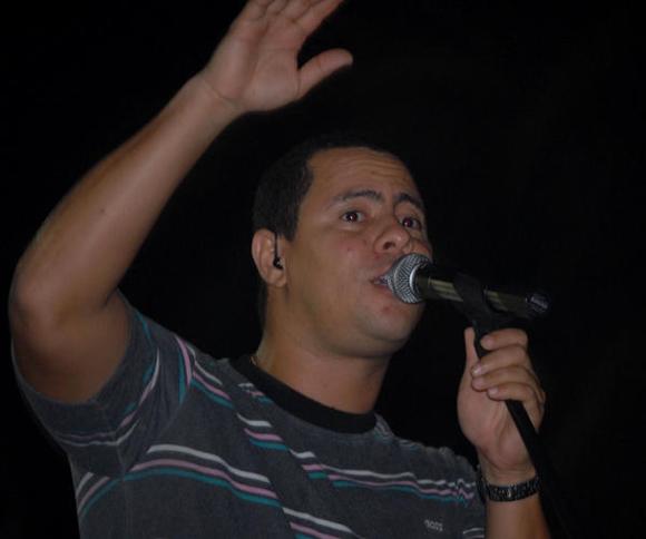 srael Rojas, voz y líder del dúo Buena Fe, durante su actuación en la Plaza de la ciudad de Cienfuegos como parte de la gira nacional dedicada al Héroe Nacional de Cuba José Martí. FOTO: AIN/Modesto Gutiérrez Cabo