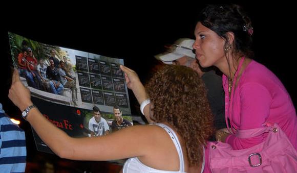 Seguidores del dúo Buena Fe, durante su presentación,  en la Plaza de la ciudad de Cienfuegos, como parte de la gira nacional dedicada al Héroe Nacional de Cuba, José Martí. FOTO: AIN/Modesto Gutiérrez Cabo
