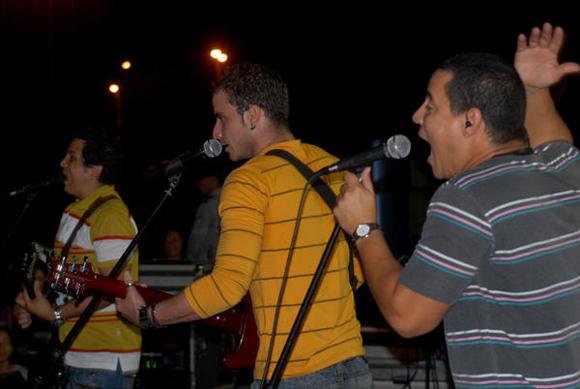 Dúo Buena Fe, durante su actuación en la Plaza de la ciudad de Cienfuegos como parte de la gira nacional dedicada al Héroe Nacional de Cuba, José Martí. FOTO: AIN/Modesto Gutiérrez Cabo