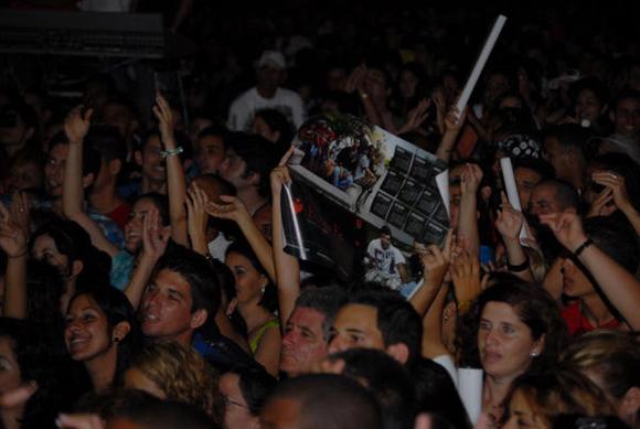 Pobladores cienfuegueros, durante la actuación del dúo Buena Fe, en la Plaza de la ciudad de Cienfuegos, como parte de la gira nacional dedicada al Héroe Nacional de Cuba, José Martí FOTO: AIN/Modesto Gutiérrez Cabo