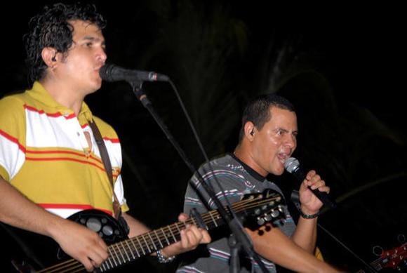 Yoel Martínez e Israel Rojas, integrantes del dúo Buena Fe, durante su actuación en la Plaza de la ciudad de Cienfuegos como parte de la gira nacional dedicada al Héroe Nacional de Cuba José Martí. FOTO: AIN/Modesto GU