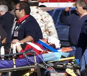 Daniel Hernández, un joven que llevaba 5 días en prácticas en la oficina de Gabrielle Giffords, fue el primero en atenderla. En la imagen aparece acompañando a la congresista demócrata después del tiroteo. Foto: AP