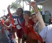Pioneros y jóvenes saludan el paso de  la Caravana de la Libertad, a su llegada al municipio el Cotorro, en La Habana, el 8 de enero de 2011.  AIN   FOTO/Oriol de la Cruz ATENCIO/