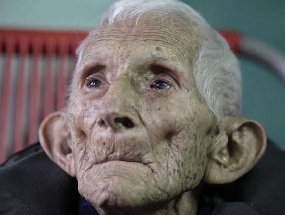 Ignacio Cubilla Baños durante la celebración de su 111 cumpleaños en La Habana, el 13 de enero de 2011.  Baños, un trabajador azucarero desde los 11 años, estuvo rodeado de sus hijos, nietos y choznos.  Foto: Enrique de la Osa, Reuters
