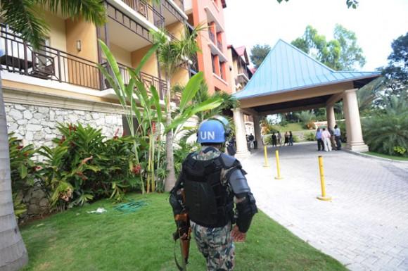 Policías en el Hotel Caribe. Foto: AFP