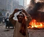 Un egipcio filma con su celular. Foto: New York Times