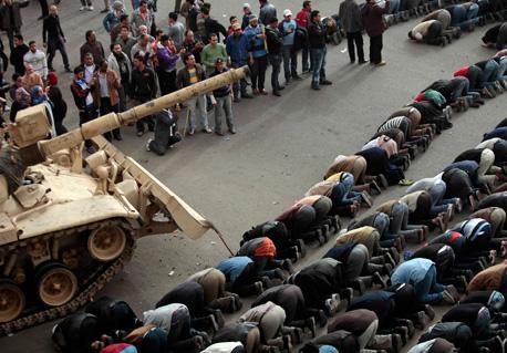 Durante las manifestaciones en Egipto, algunos militares se solidarizaron con el pueblo en su reclamo de que dimita el presidente.  Foto Ap