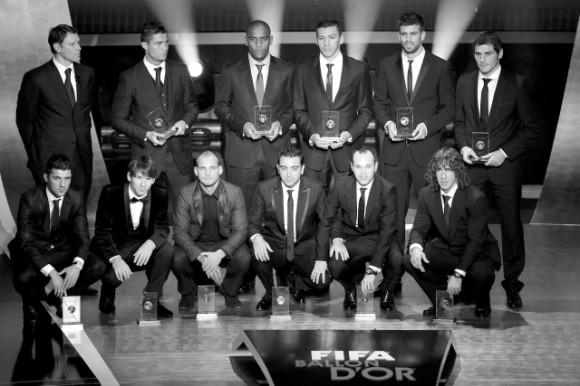 Arriba de izquierda a derecha, junto a Van Basten, Cristiano Ronaldo, Maicon, Lucio, Piqué, Iker Casillas. Agachados, de izquierda a derecha, Villa, Messi, Sneijder, Xavi, Iniesta y Puyol. Forman el once ideal del año 2010. REUTERS