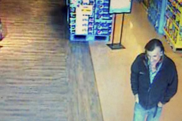 EL FBI ha difundido esta imagen en la que se puede ver a un hombre que podría estar relacionado con el ataque en Tucson.