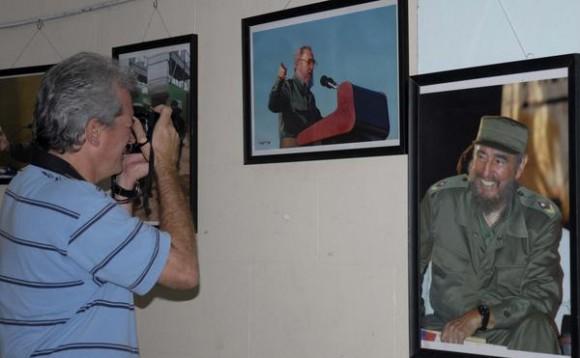 """Inauguran exposición fotográfica """"Fidel"""", del fotorreportero del fotorreportero Geovanni Fernández Nevot, en la sede de la Unión de Periodistas de Cuba (UPEC), en La Habana, el 7 de enero de 2011.    AIN FOTO/Omara GARCÍA MEDEROS/"""