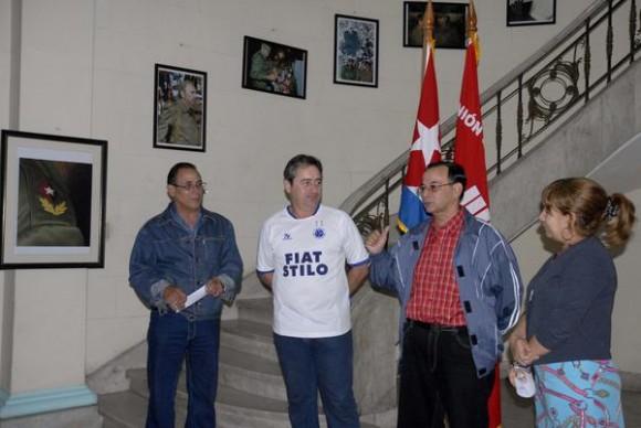 """De izquierda a derecha los fotorreporteros, Raúl Abreu y Geovanni Fernández, Tubal Páez y Bárbara Doval, presidente y vicepresidenta, respectivamente, de la Unión de Periodistas de Cuba (UPEC), durante la inauguración de la exposición fotográfica """"Fidel"""", en la sede la UPEC, en  La Habana, el 7 de enero de 2011.    AIN FOTO/Omara GARCÍA MEDEROS/"""