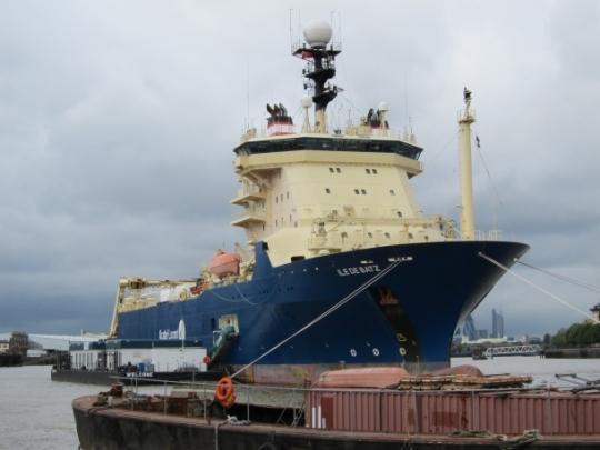 Ile de Batz, el barco que transporta el cable, ya está en la playa Siboney, Santiago de Cuba.